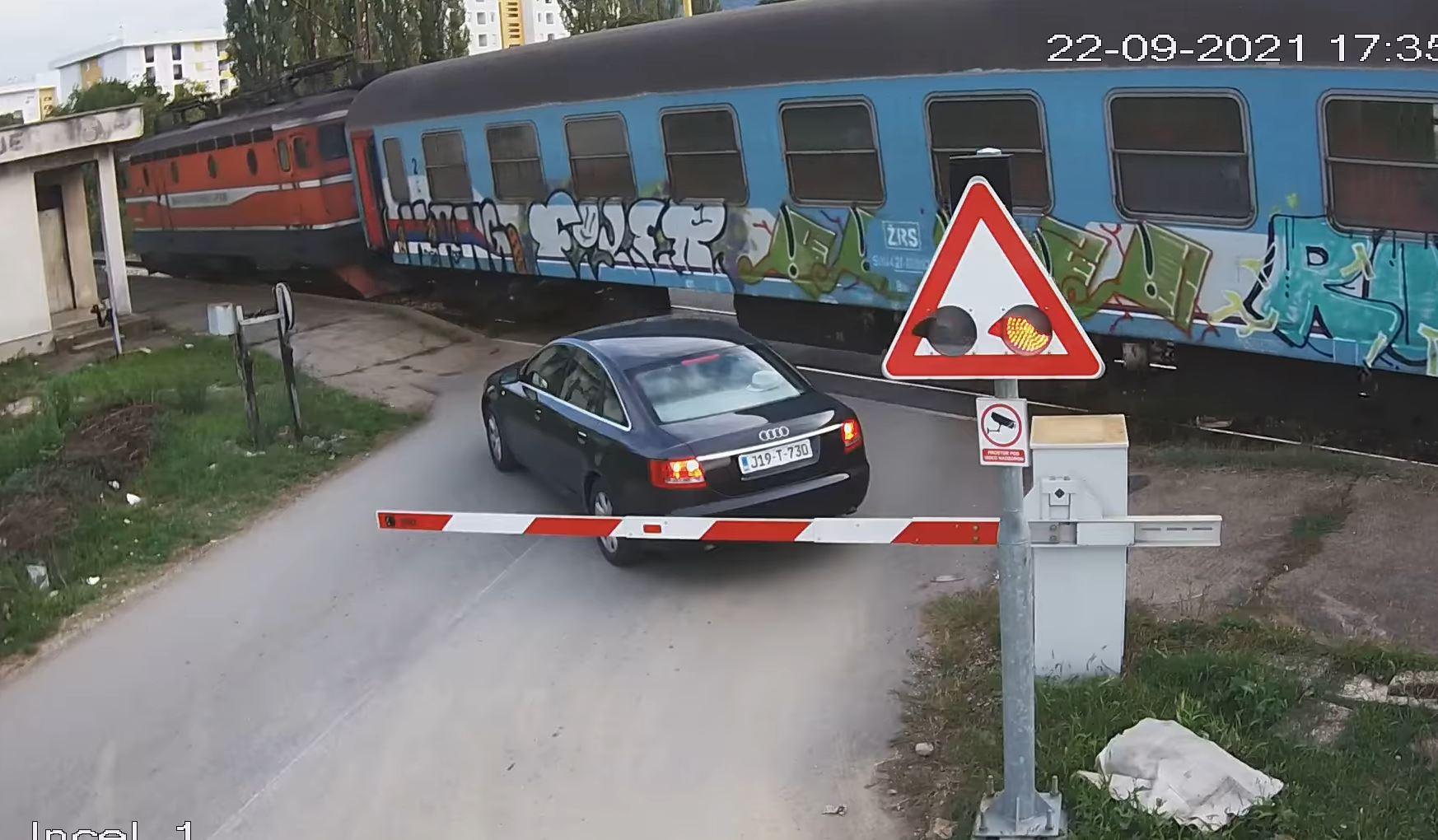 Nesavjesni vozač: Pokušao preći preko pruge pa ostao 'zarobljen' između rampi / VIDEO
